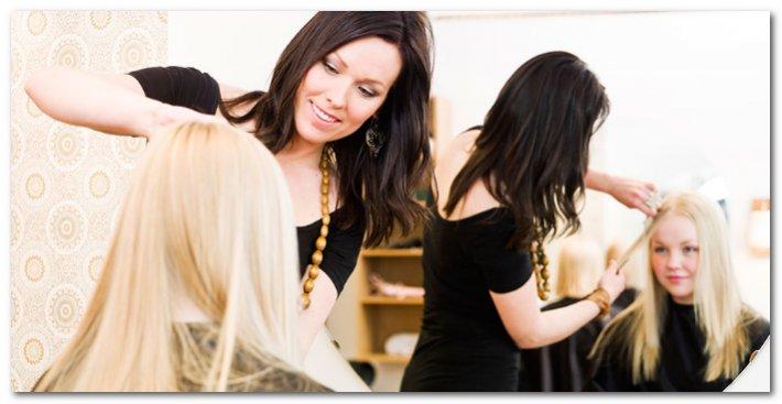 Девушке подстригают волосы в салоне