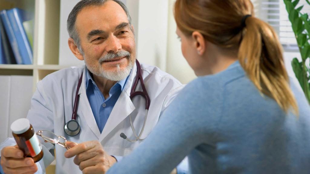 врач назначает витамины девушки