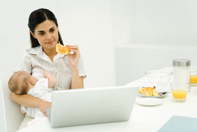 Девушка с грудным ребенком за компьютером