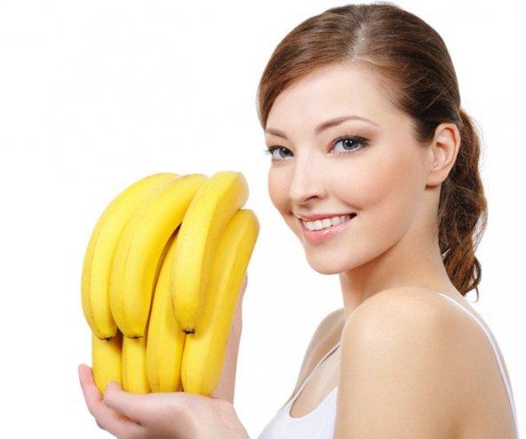 Девушка с бананами в руках