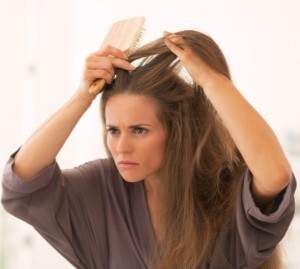 Женщина увидевшая у себя седые волосы