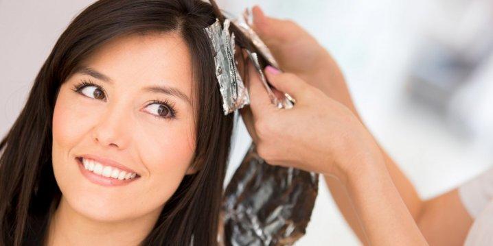 девушка красит волосы
