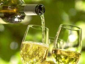 Вино наливают в бокалы