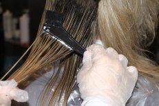 Девушки наносят на волосы кератин