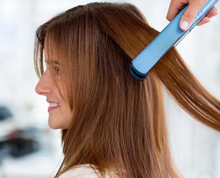 Девушки укладывают волосы