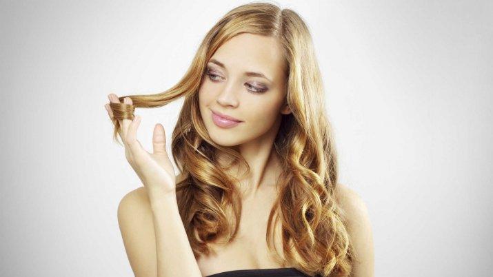 Девушка накручивает волосы на палец
