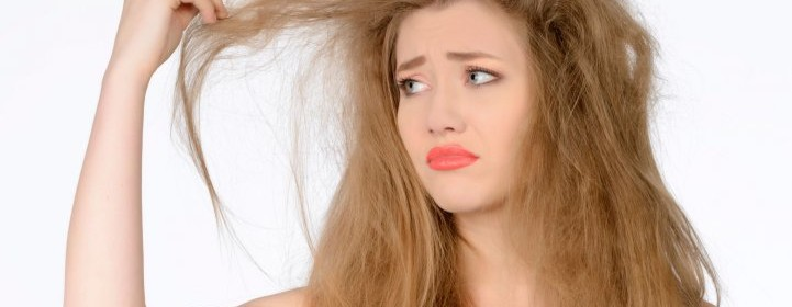 Девушка рассматривает свои волосы