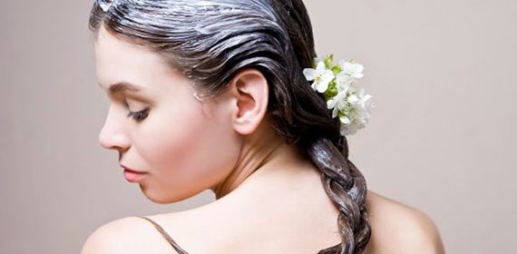 Девушка с маской на волосах