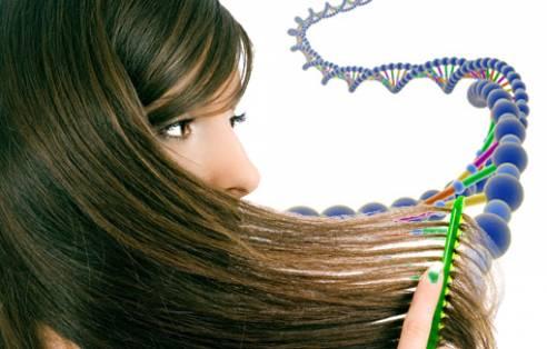 Девушка расчесывает расческой волосы