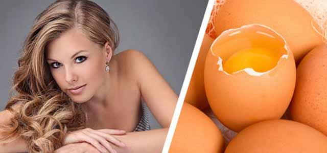 С левой стороны фото девушки, а справа куриные яйца