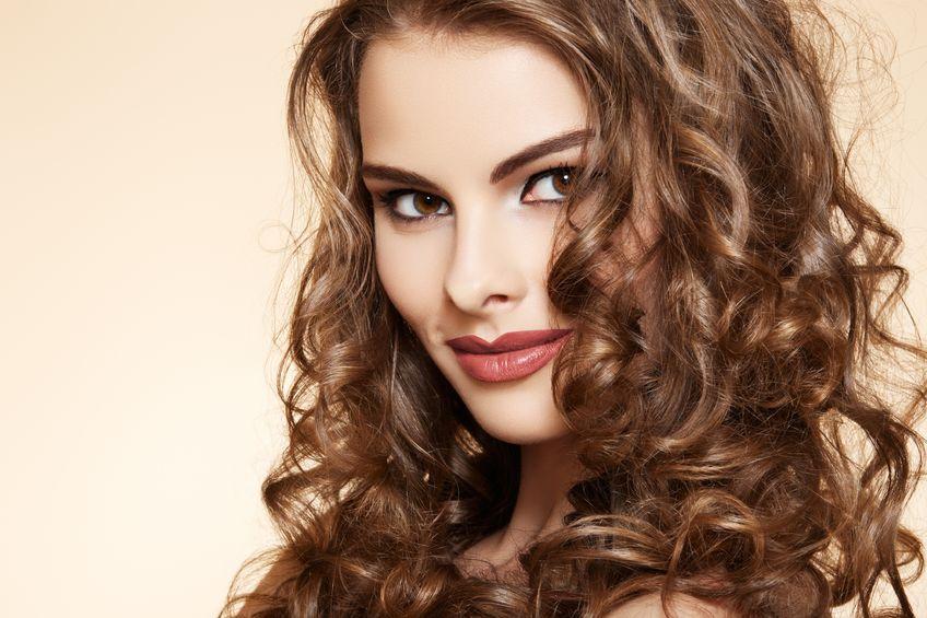 девушка с волосами после биозавивки фото