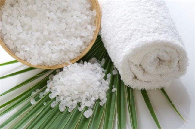 Соль, полотенце на столе