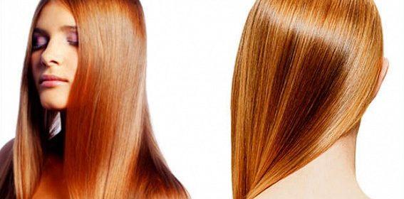У девушки прямые волосы