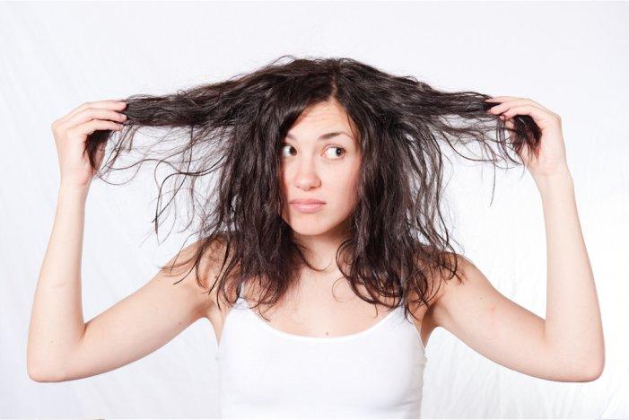 У девушки тонкие волосы