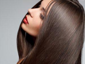 Девушка с помадой на губах и красивыми волосами