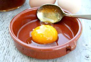 Яйца в тарелки