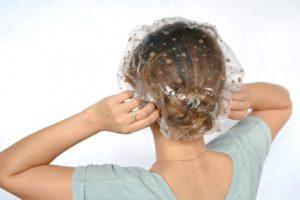 Девушка с утепляющим колпаком для волос