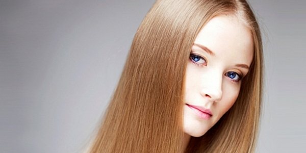 Девушка с обесцвеченными волосами