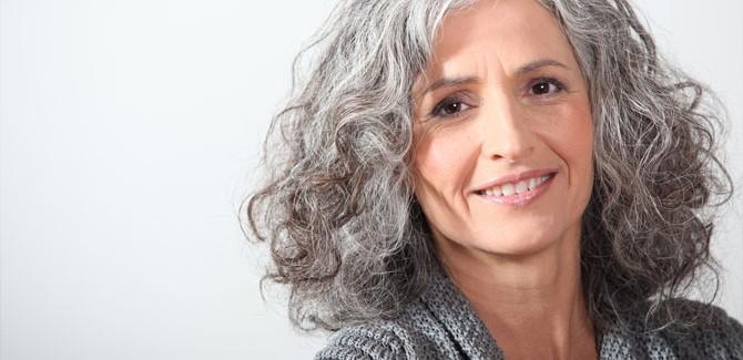 Женщина с поседевшими волосами