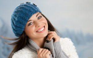 Девушка в вязанной шапке