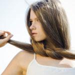 У девушки крепкие волосы