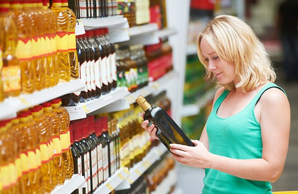 Девушка выбирает масло