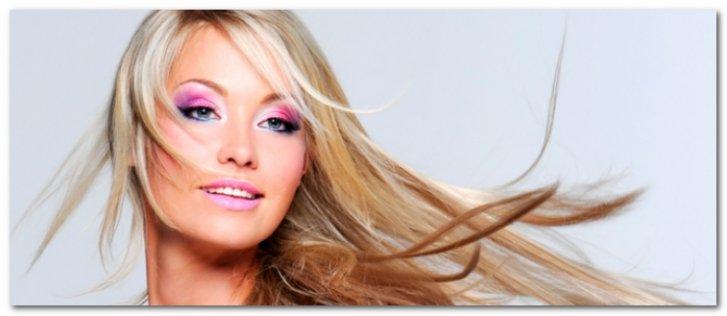 Блондинка с развивающимися волосами
