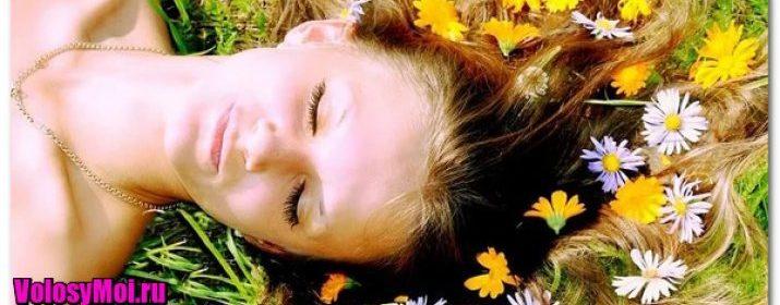 Девушка лежит среди ромашек